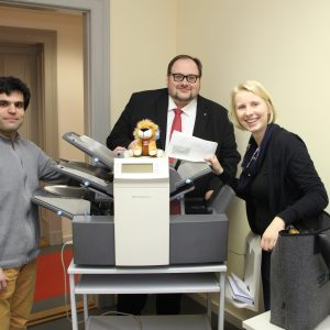 Bei der Übergabe der Kuvertiermaschine vom UB Remscheid an den UB Potsdam: Antonio Scarpino, Sven Wiertz und Nadine Lilienthal.