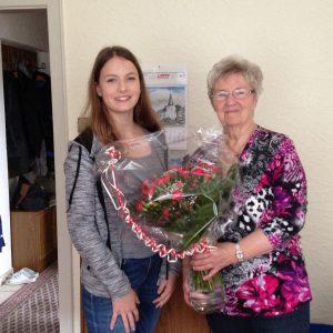 Marie-Kristin Schulz aus Solingen gratulierte Lore Mohr.