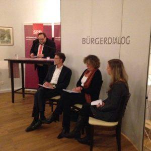 Bei der Eröffnung des Europa-Forums der Remscheider SPD: Der SPD-Vorsitzende Sven Wiertz begrüßt - die Moderatoren Sven Wolf und Stefanie Bluth und die Europa-Abgeordnete Petra Kammervert (Mitte) hören zu.