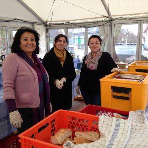 Mitglieder der AG Migration & Vielfalt bei der Essensausgabe in der Notunterkunft Hölterfeld