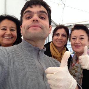Die AG Migration & Vielfalt in Aktion bei der Essensausgbe der Notunterkunft Hölterfeld am 06.12.2015