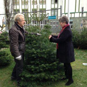 Weihnachtsbaumverkauf 2015 - York Edelhoff und Kundin