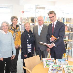 Bücherübergabe an die Lenneper Stadtteilbibliothek