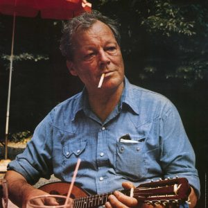 Auf dem Foto ist der langjährige Vorsitzende der SPD, Willy Brandt, abgebildet, der in einem Biergarten Mandoline spielt.