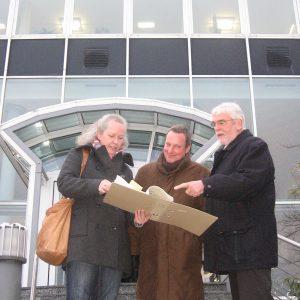 Die Fraktionsvorsitzenden von SPD, FDP und Bündnis'90/Die Grünen, Hans Peter Meinecke, Wolf Lüttinger und Beatrice Schlieper, erhoffen sich einen zukunftsweisenden Neustart der Städtischen Bibliothek.