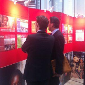 Sven Wolf und Schulleiter Jörg Bergemann vor der Ausstellungstafel.