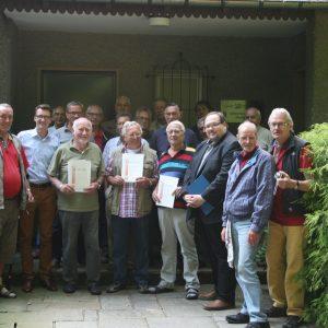 Pöhlsches' schieten 2013 im Stadtpark in Remscheid: Erste Reihe: Otto Mähler, Sven Wolf, Max Heinze, Manfred Gude, Dieter Haibach (mit Urkunden) und Sven Wiertz.