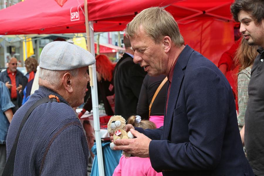 Burkhard Mast-Weisz beim Wahlkampfabschluss auf der Alleestraße
