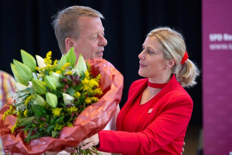 Freude über Entscheidung - Christine Krupp übergibt Burkhard Mast-Weisz einen Blumenstrauß.