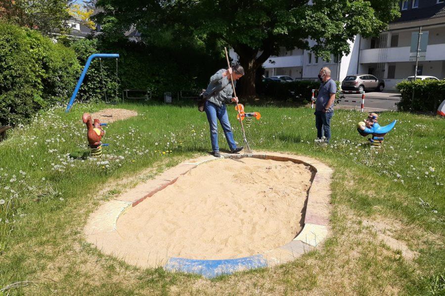 Reinigung des Spielplatzes an der Schmittenbuscher Straße in Lüttringhausen.